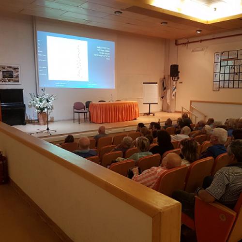 """ד""""ר סונייה שנייר מסבירה על מחלת פיברוזיס ריאתי בכנס עמותת חו""""ף"""